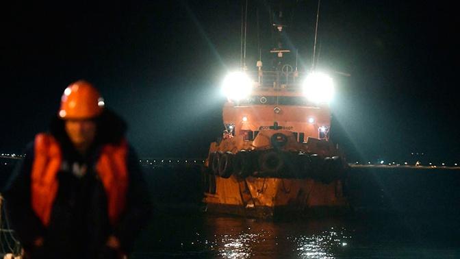 Терпящий бедствие в Азовском море танкер взяли на буксир