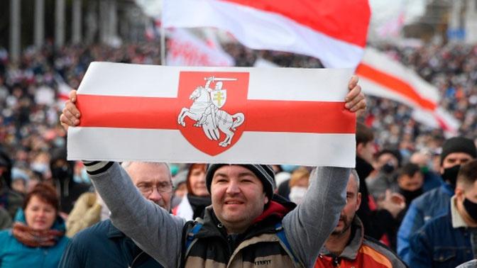 Тысячи протестующих стягиваются в центр Минска