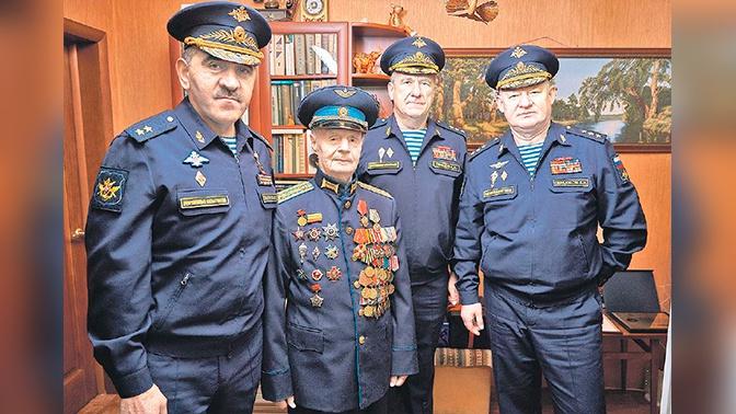 Евкуров поздравил ветерана Войны с 96-летием и вручил ему награду «За заслуги перед Отечеством»