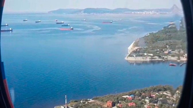 В поисках пропавших при ЧП на танкере в Азовском море обследовано 916 кв. км территории