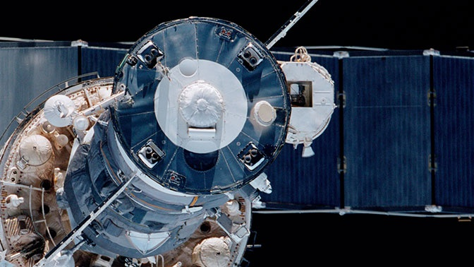 Утечка воздуха из модуля МКС идет через криволинейную царапину