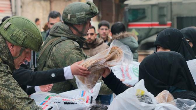 Российские военные раздали сотни продуктовых наборов в Алеппо