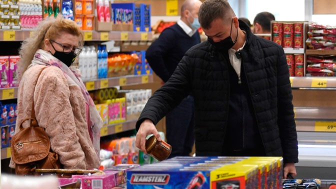 Глава Минпромторга призвал регионы воздержаться жестких мер в отношении магазинов и общепита