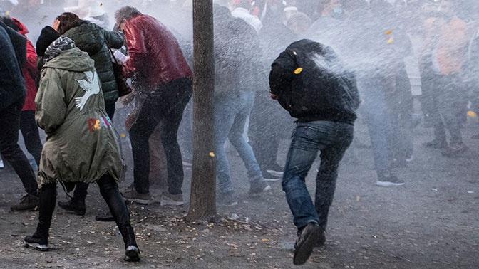 Полиция Франкфурта разогнала водометами протестующих против ограничений из-за коронавируса