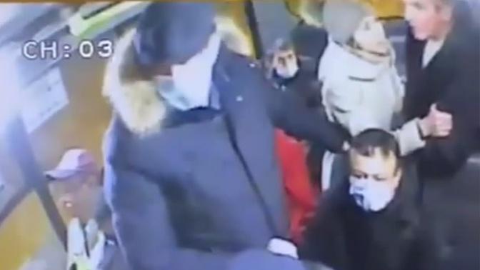 Друг зарезанного за просьбу надеть маску мужчины рассказал о семье погибшего