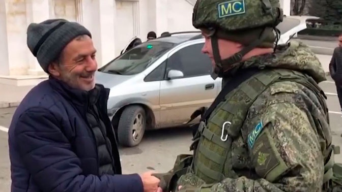 Российские миротворцы сопроводили очередную колонну автобусов с беженцами из Армении в Степанакерт
