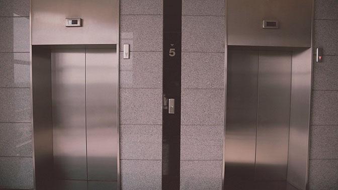 В плену железа: жильцы дома в Курчатове, где упал лифт, рассказали о давно существующей проблеме