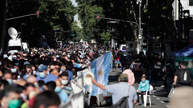 Прощание с Марадоной в Аргентине обернулось давкой и стычками с полицией