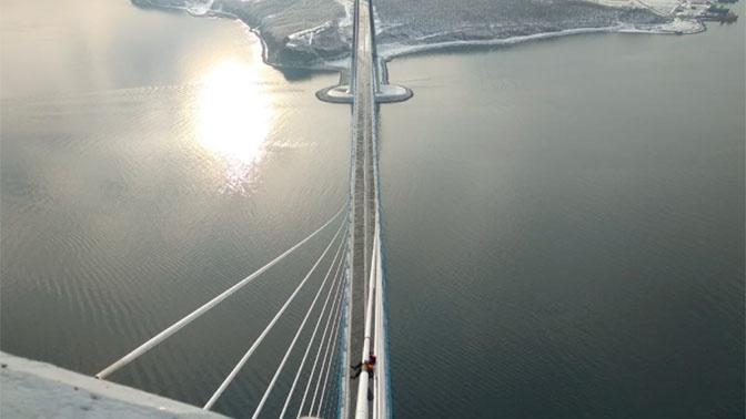 Освободить Русский мост от ледяных оков: впечатляющие кадры работы спасателей во Владивостоке