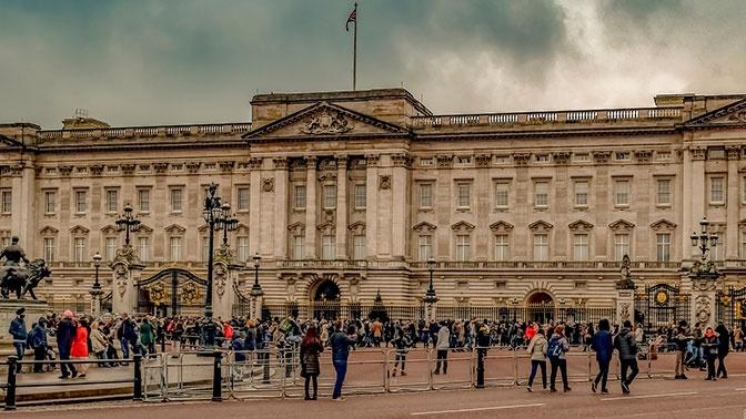 Слуга Елизаветы II попался на кражах из Букингемского дворца