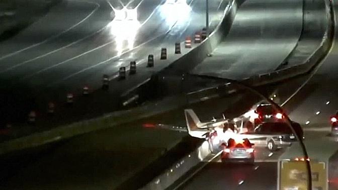 ДТП с участием самолета и автомобиля в США сняли на видео