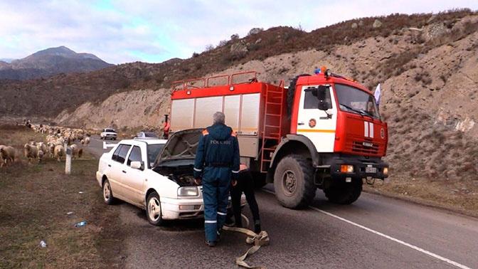 Специалисты МЧС России убрали поврежденную брошенную технику с обочины дороги в Лачинском коридоре