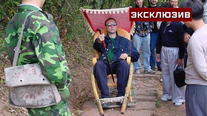 По стопам Лао Цзы: в соцсети попала редкое фото Пелевина в Китае