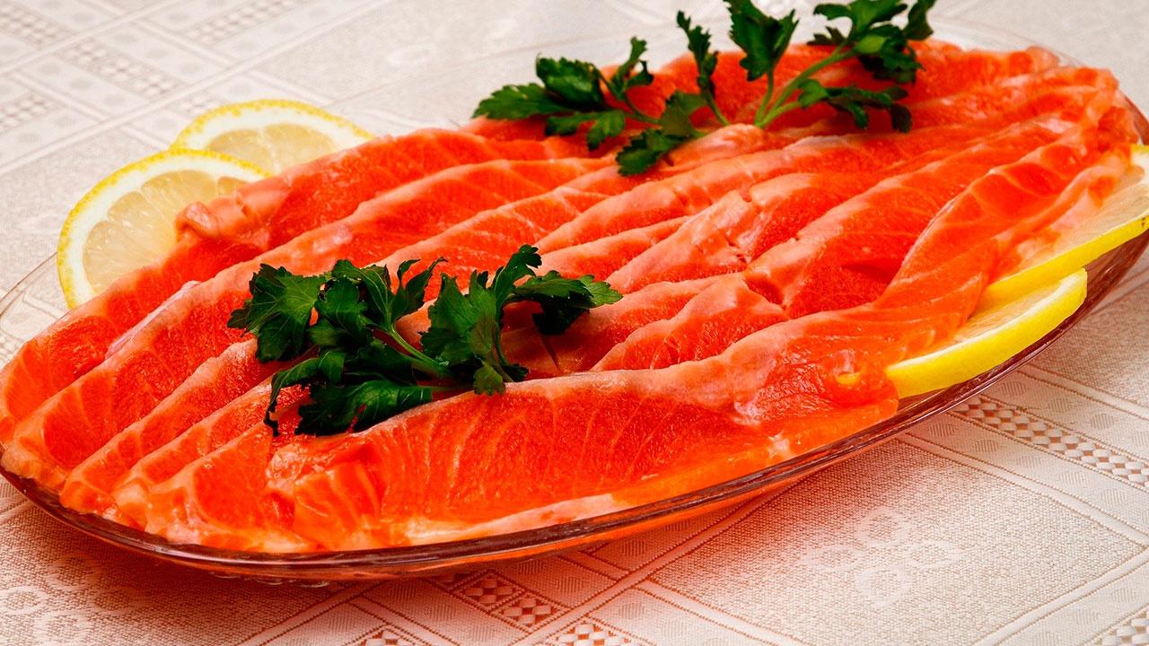 Россиянам дали советы по выбору красной рыбы к празднику