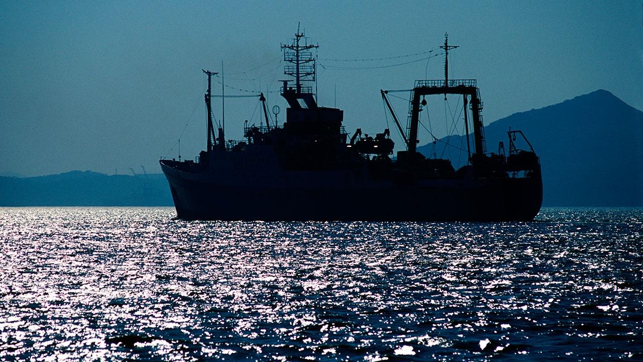 Спасательное судно прибыло к застрявшему в Охотском море траулеру