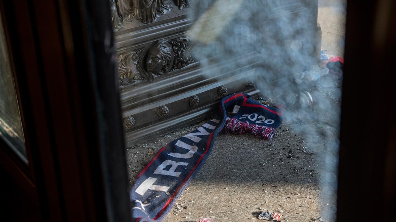 Более 50 полицейских пострадали во время беспорядков в Капитолии