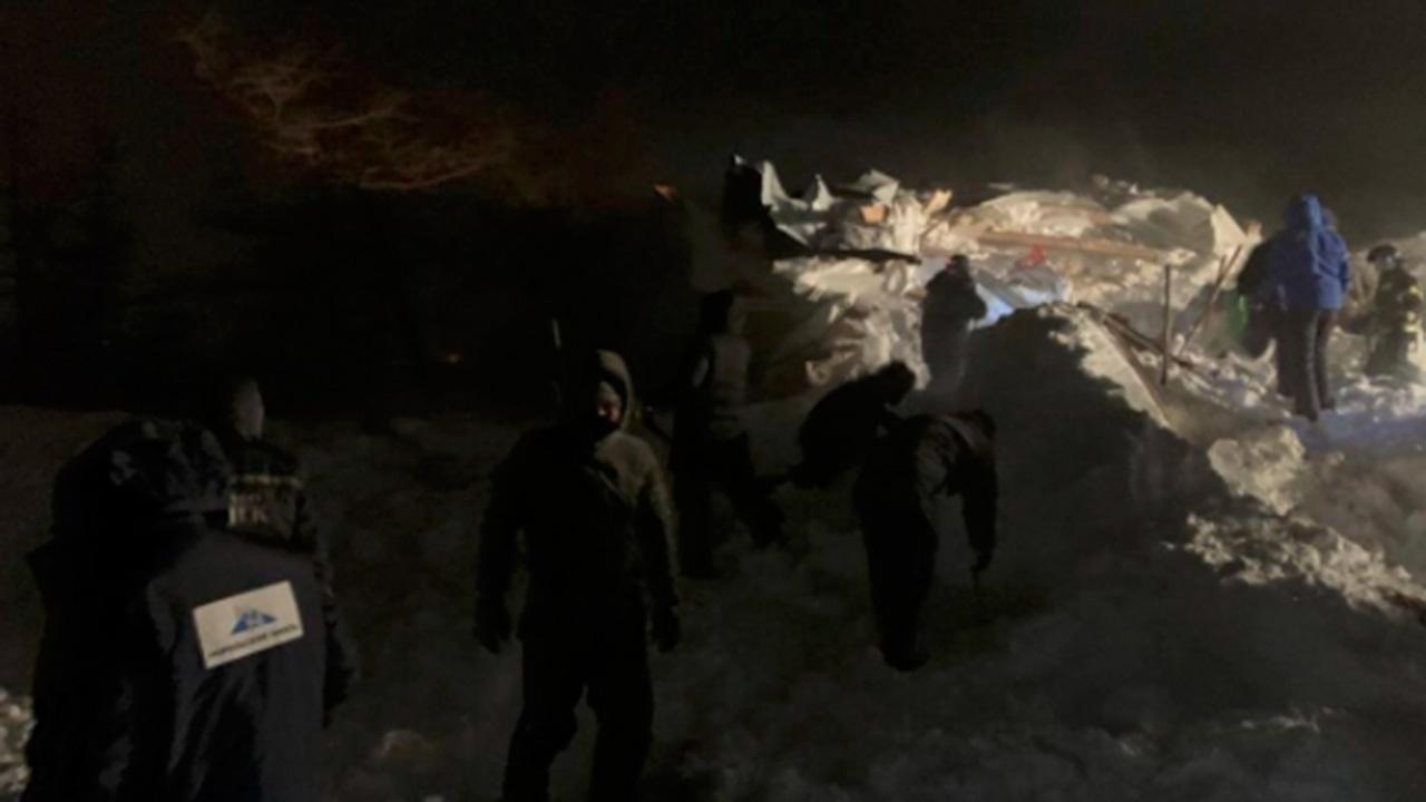 МЧС: засыпанные лавиной люди в Норильске находятся в одном из пяти домиков