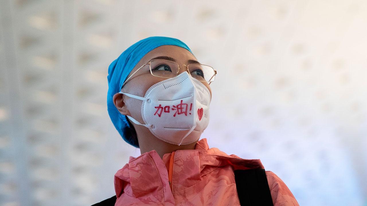 Власти двух городов Китая попросили людей 7 дней не выходить из дома из-за вспышки COVID-19