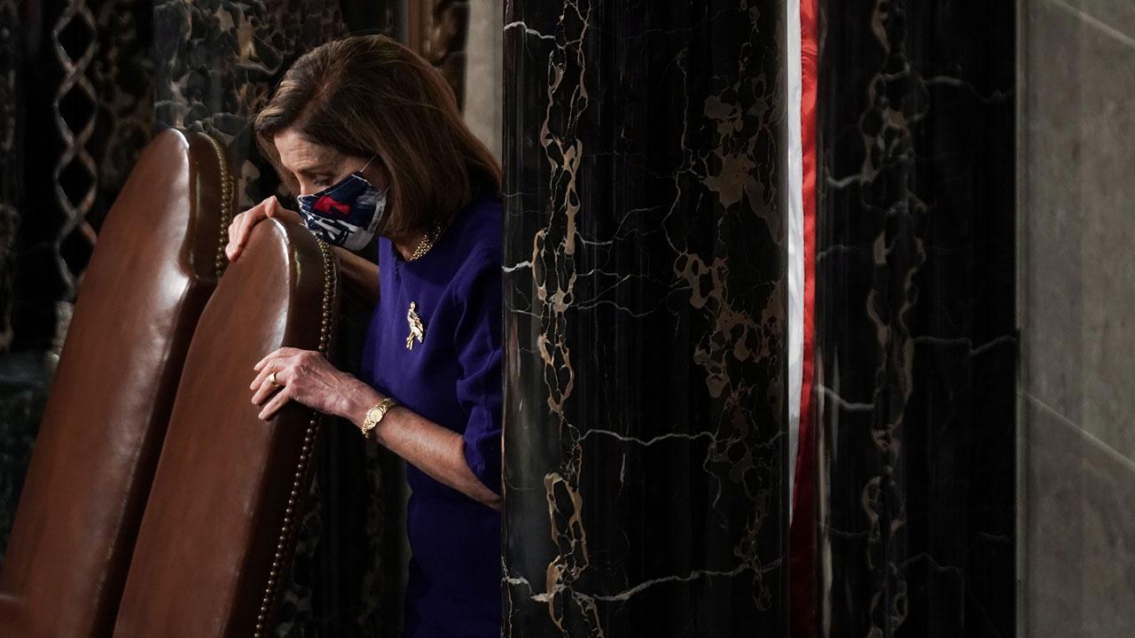 В США задержали участника штурма Капитолия, закинувшего ноги на стол спикера палаты представителей Нэнси Пелоси