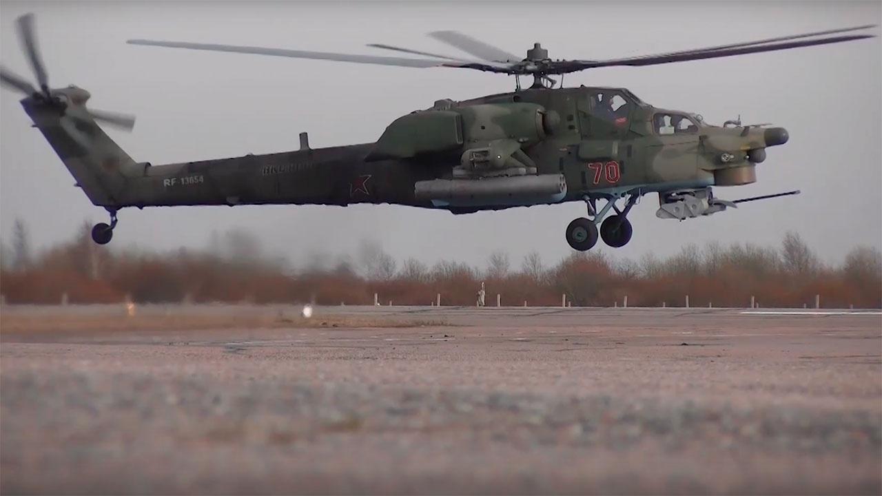 Экипажи армейской авиации ЗВО отработали групповые полеты на предельно малых высотах