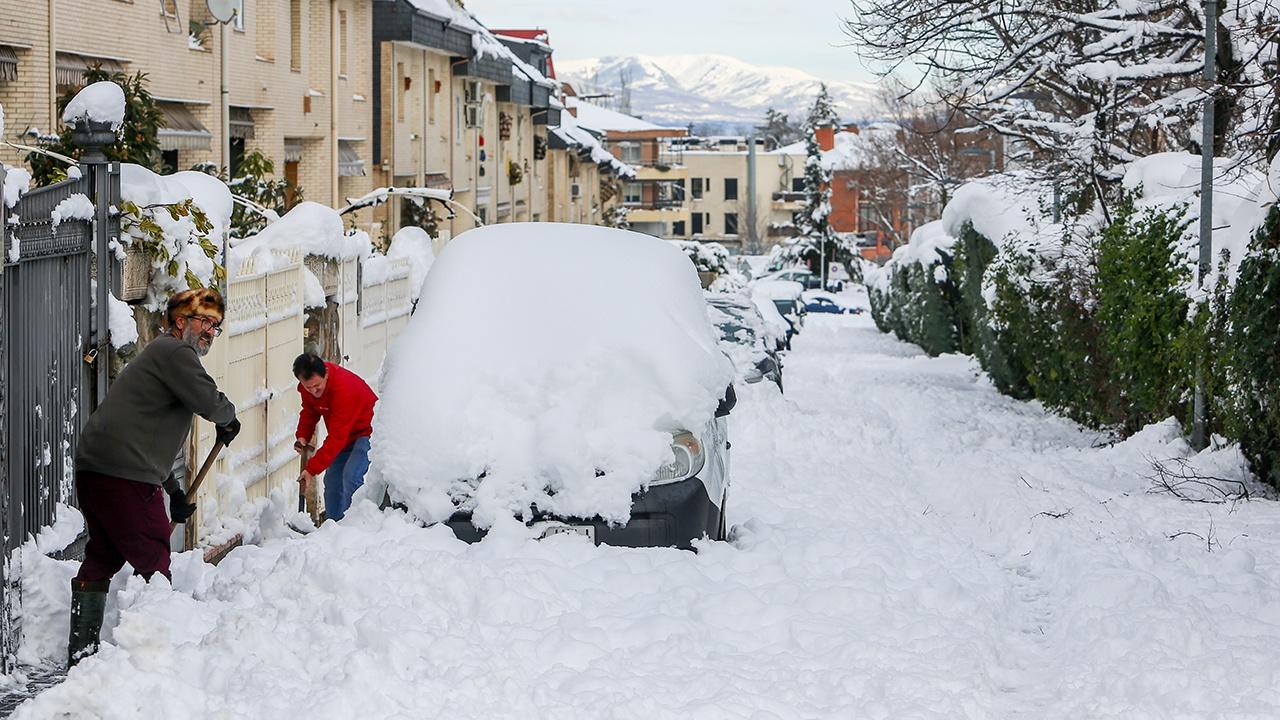 «Чистый пластик»: пользователь Сети усомнилась в реальности выпавшего в Испании снега