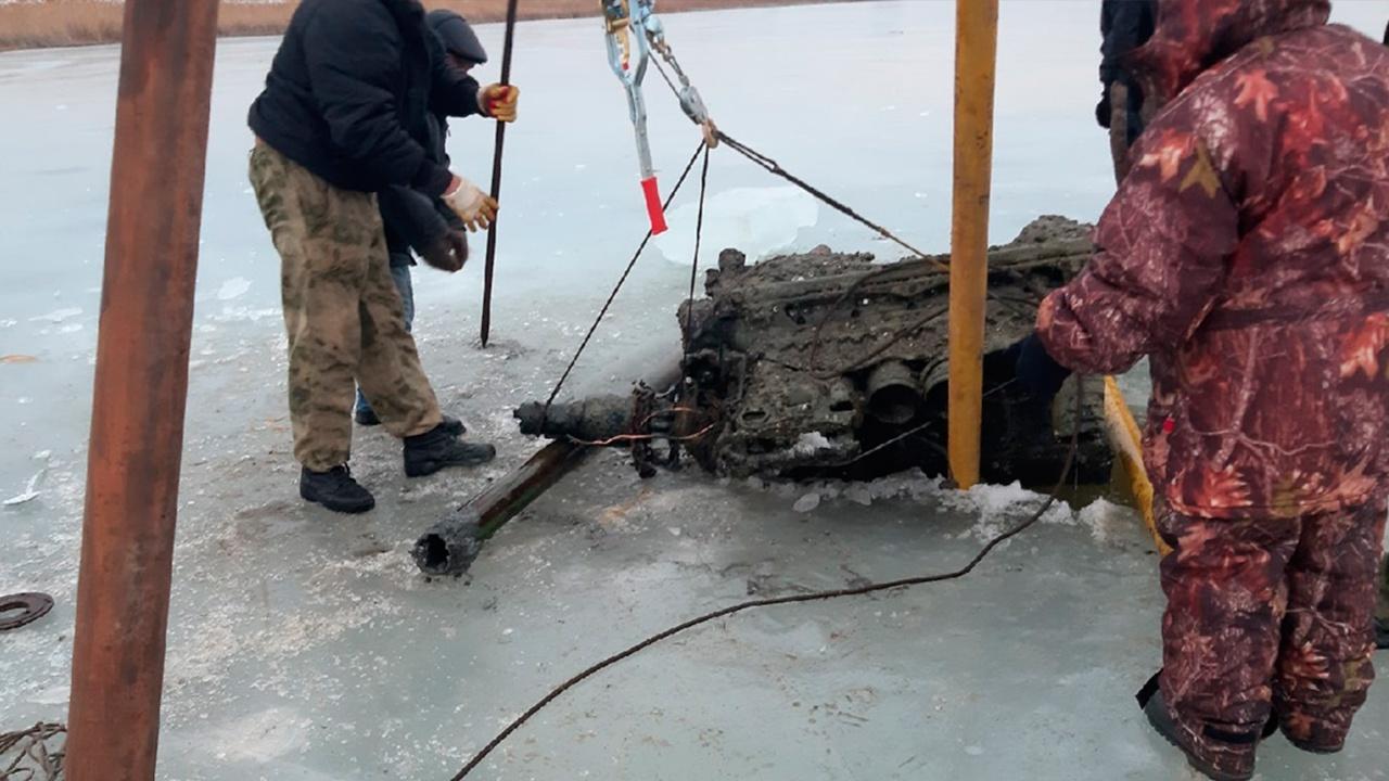 Волгоградские юнармейцы подняли со дна озера фрагмент истребителя времен ВОВ