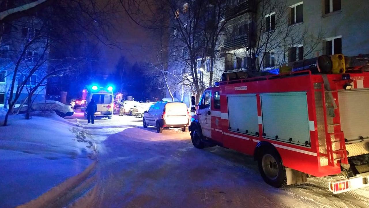 МЧС опубликовало кадры с места пожара в жилом доме в Екатеринбурге