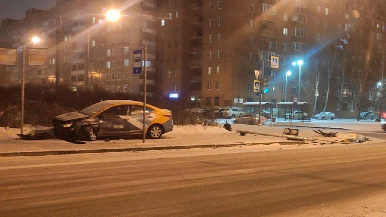 СМИ: в Петербурге водитель каршерингового авто сбил людей на тротуаре