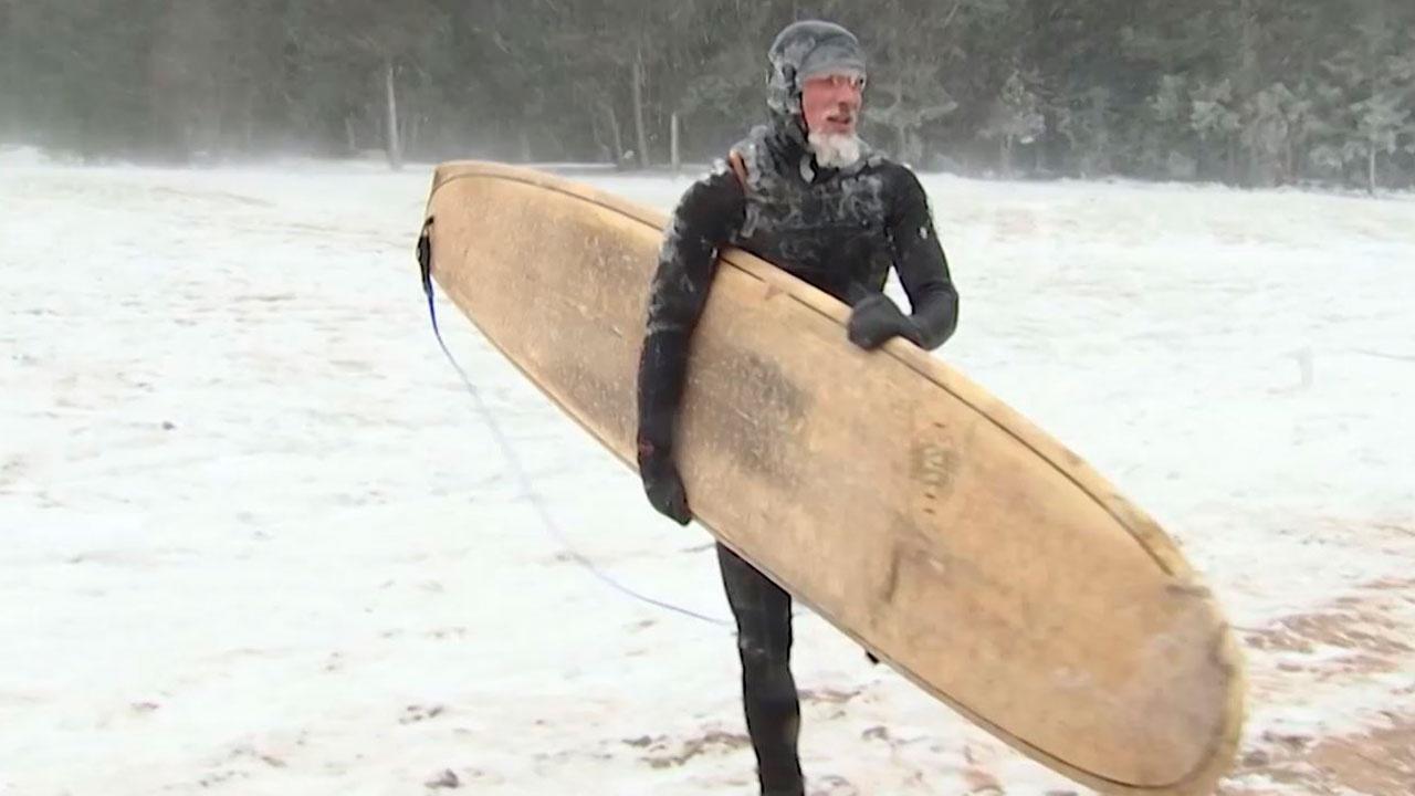 Суровый серфинг: российские экстремалы устроили заплыв в водах Ладожского озера