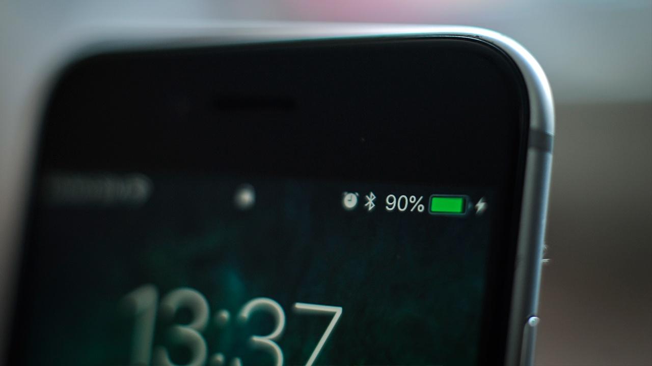 В Роскачестве рассказали, в каких случаях опасно заряжать смартфон