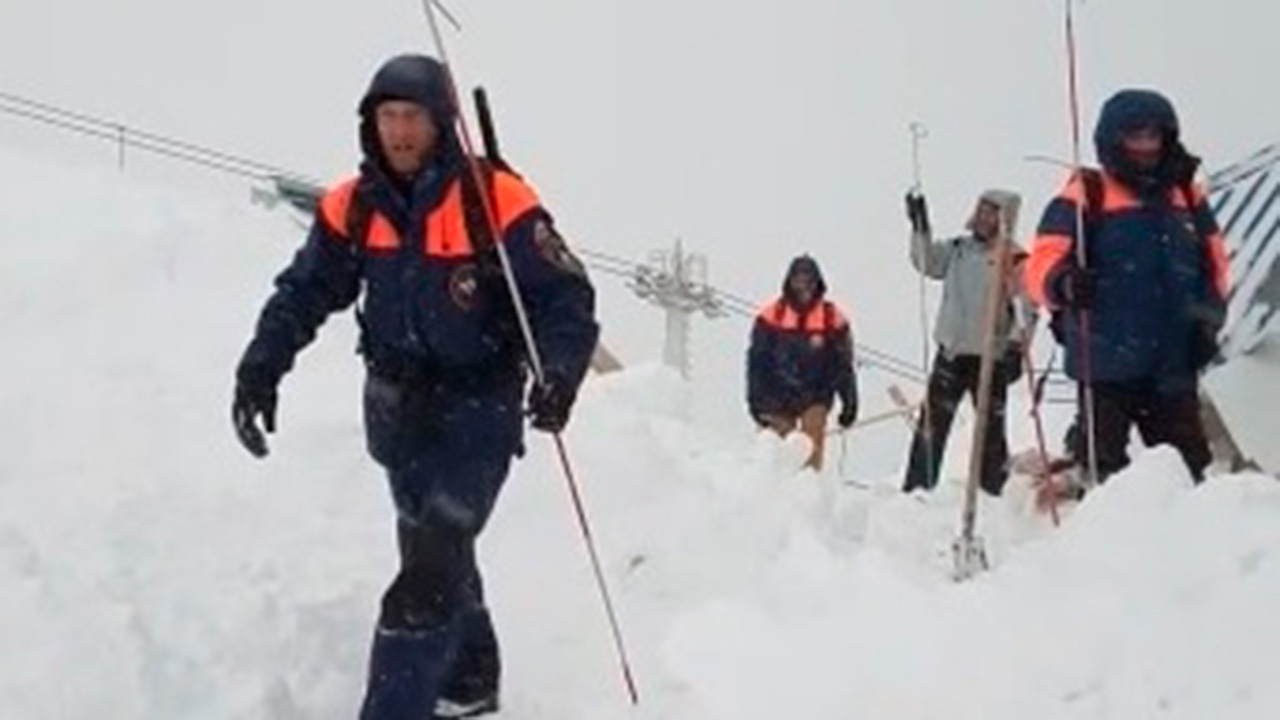 МЧС: тело погибшего извлекли из-под лавины в Домбае