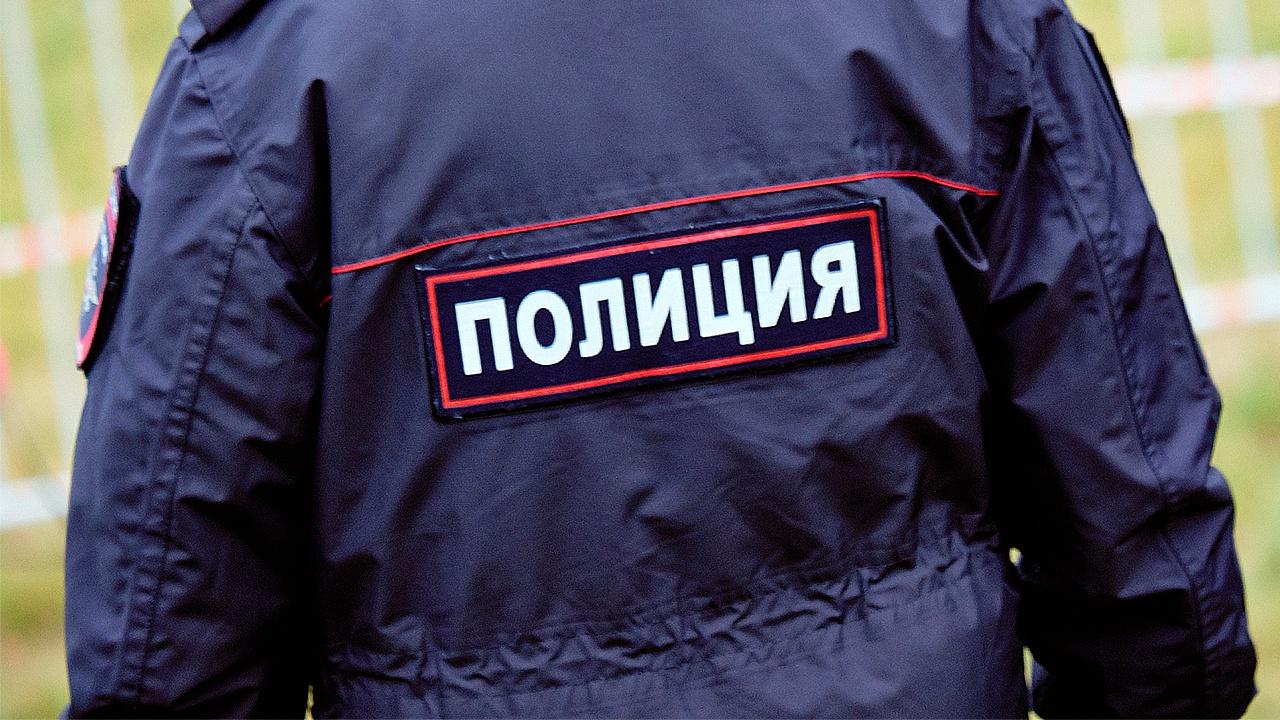 Угрожавшего взорвать магазин в Москве мужчину доставили в полицию