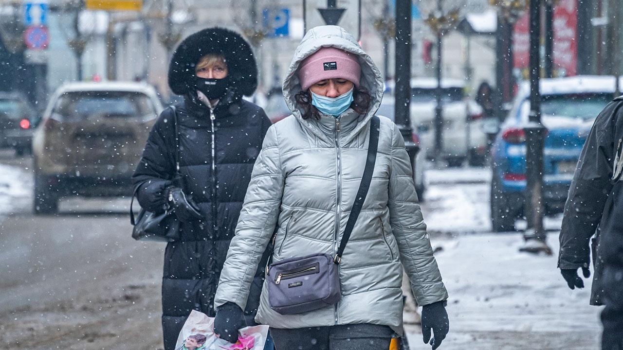 Вирусолог назвал сроки полного снятия коронавирусных ограничений в регионах РФ