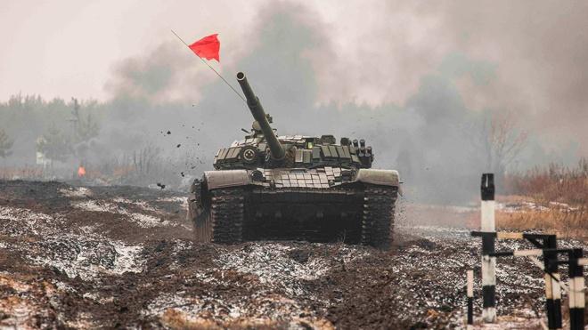 Рассекая по грязи: кадры подготовки к «Танковому биатлону» в Воронежской области