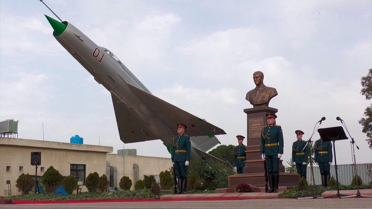 На российской авиабазе Хмеймим открыли памятник погибшему в Сирии летчику Роману Филипову