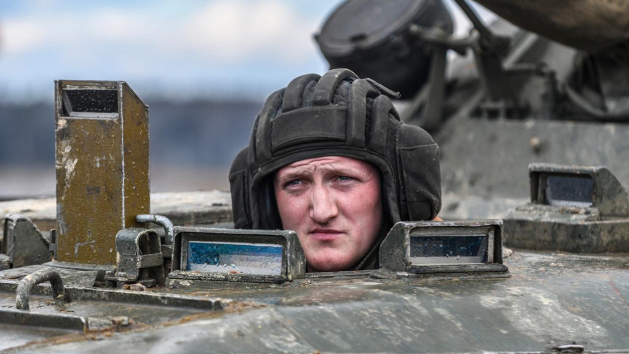 Прыжки на бронетехнике: в ЗВО отточили навыки экстремального вождения танков и БМП