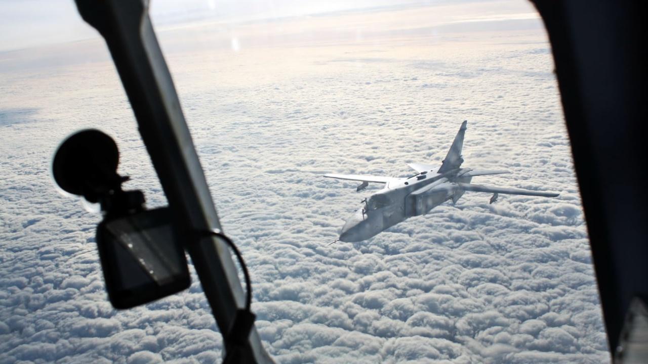 На скорости 500 км/ч: Су-30СМ и Су-24М дозаправились в воздухе над Калининградской областью