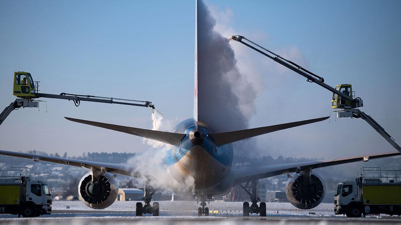 Расчистка и противообледенительная обработка: как аэропорты Москвы работают в условиях мощного снегопада