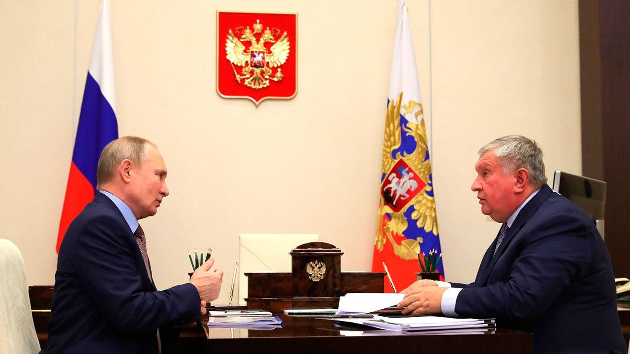 Сечин доложил Путину о работе Роснефти