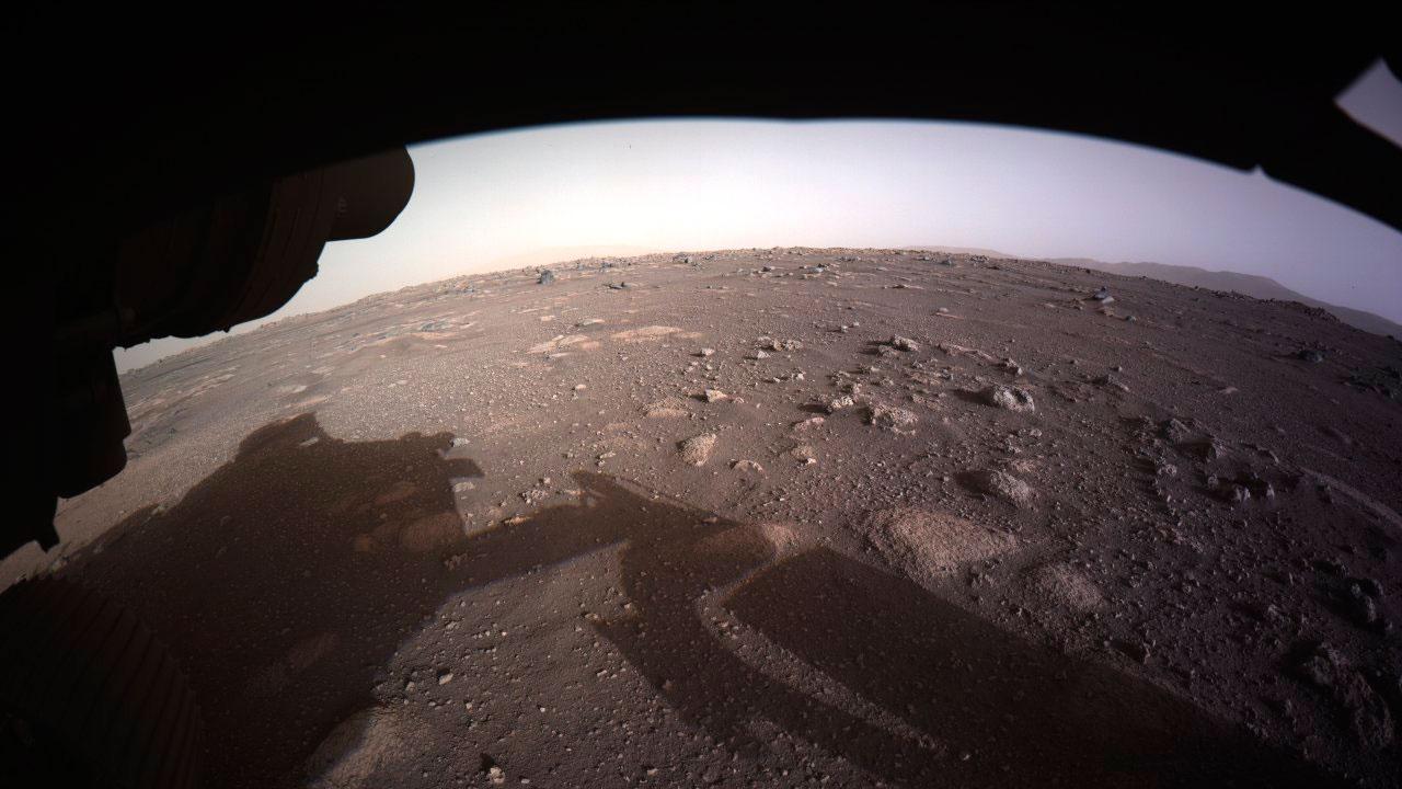 Марсоход Perseverance «поделился» фото Красной планеты в Twitter