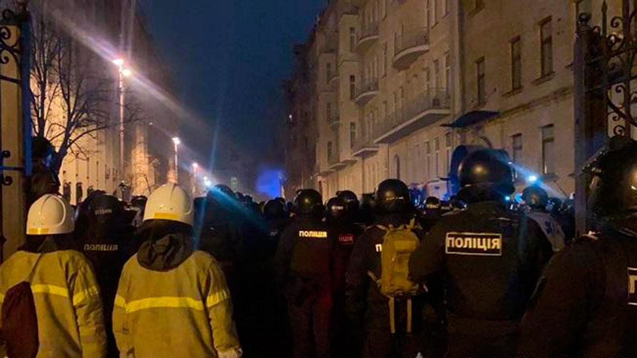 Почти 20 человек задержаны в Киеве в ходе столкновений у офиса Зеленского