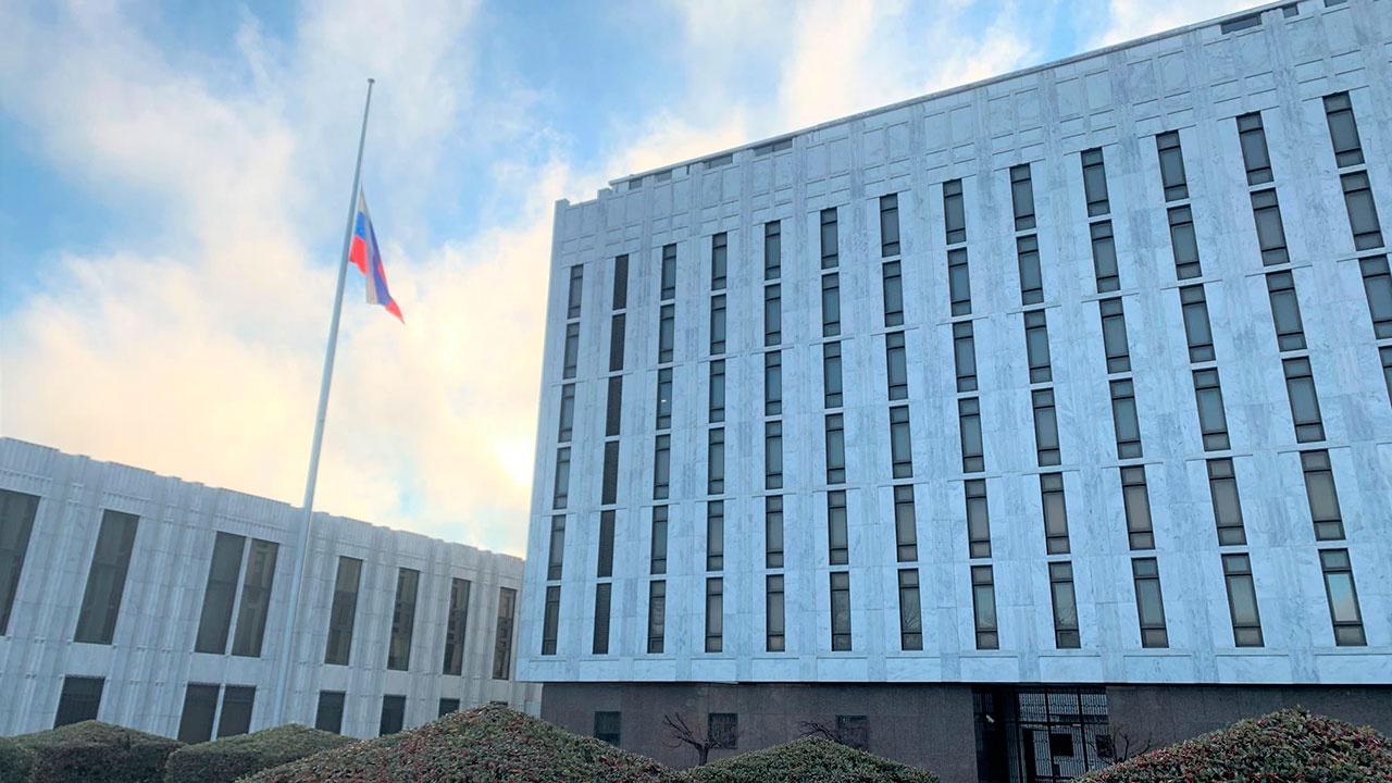Российское посольство в США приспустило флаг в память о жертвах COVID-19
