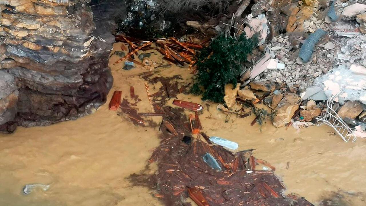 Более 200 гробов смыло в воду в итальянской Генуе