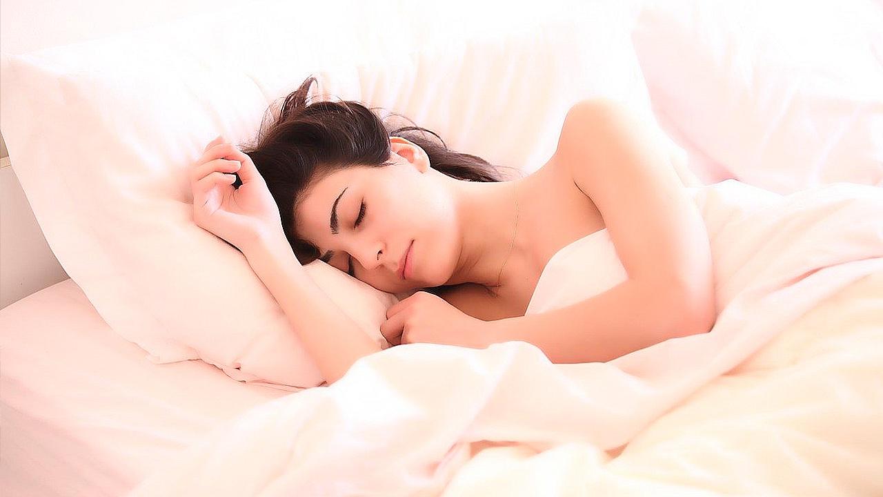 Правильные подушки и позы: косметолог раскрыла секреты сохраняющего молодость сна