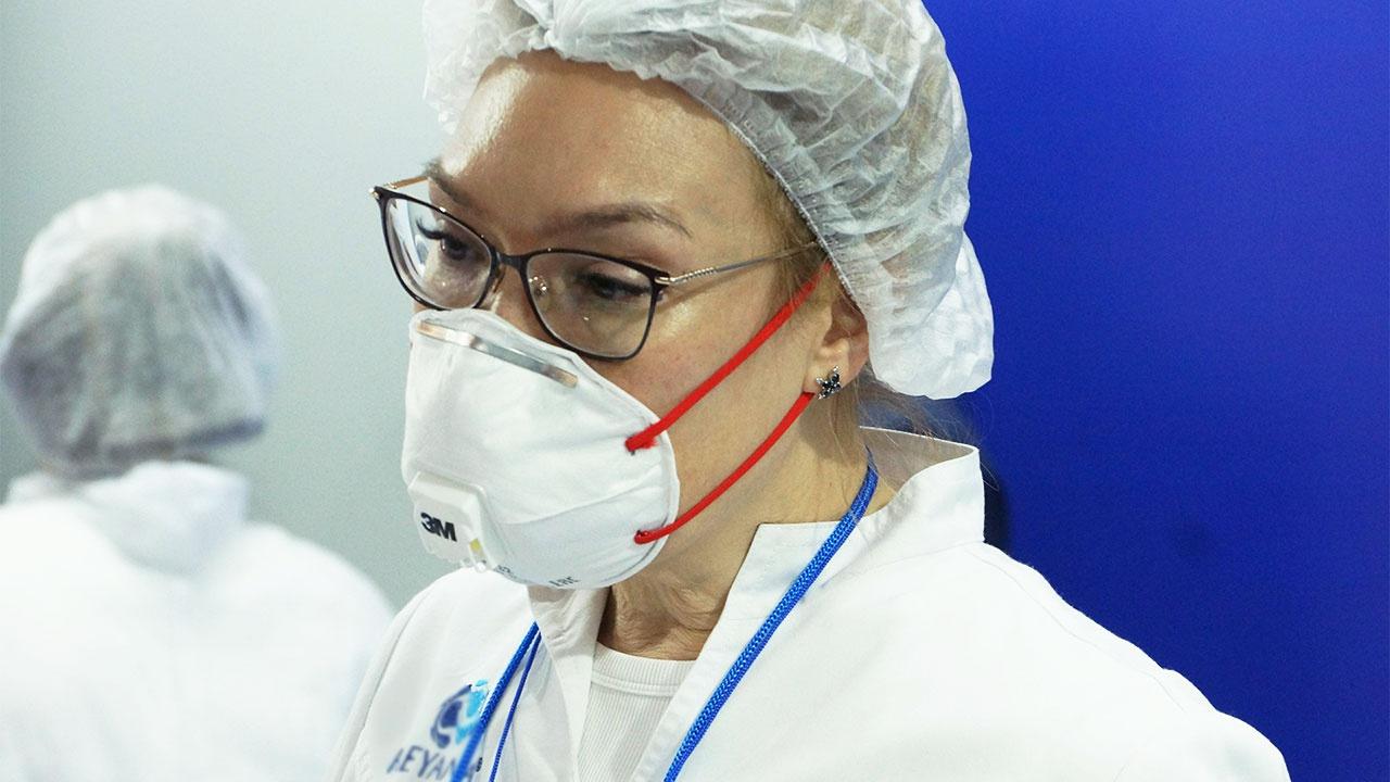 Кабмин РФ выделил средства на выплаты врачам, борющимся с COVID-19