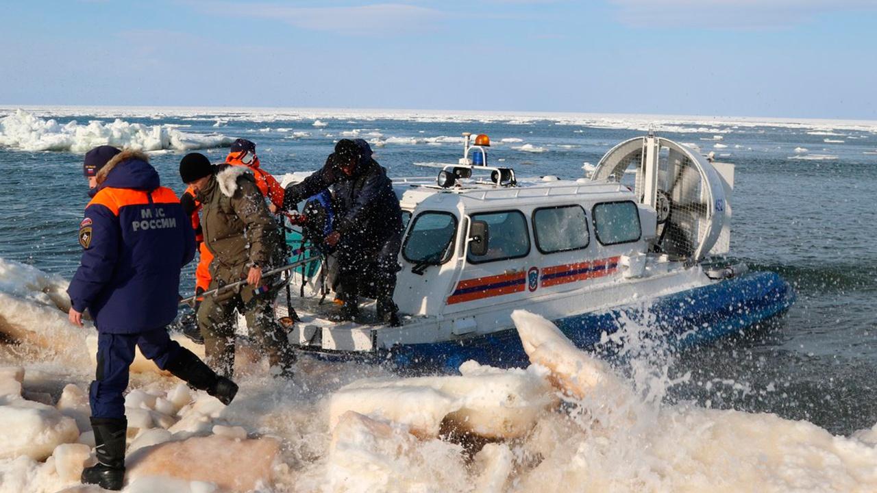 Холодная ловушка: на Сахалине началась операция по спасению рыбаков со льдины