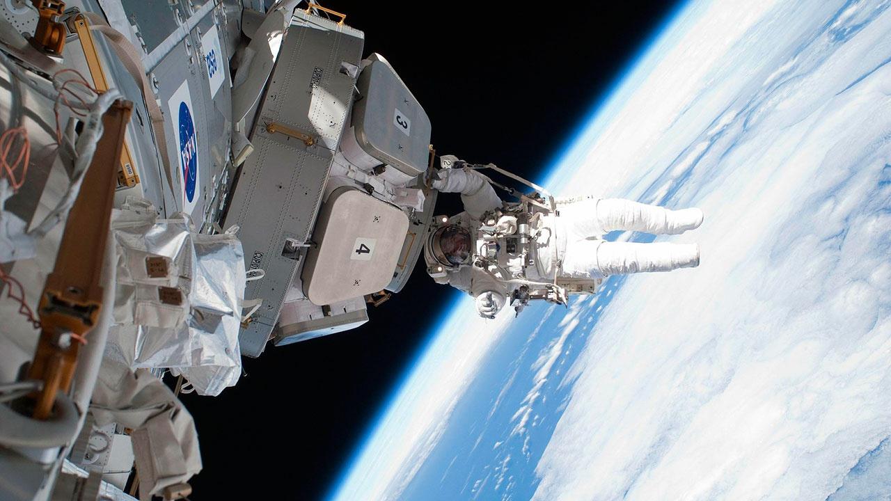 Астронавты NASA вышли в космос для установки солнечных батарей на МКС