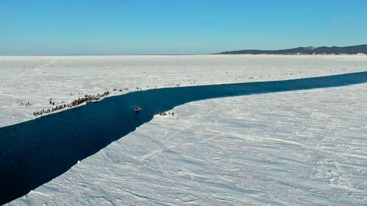 На Сахалине 26 рыбаков оказались на оторванной льдине