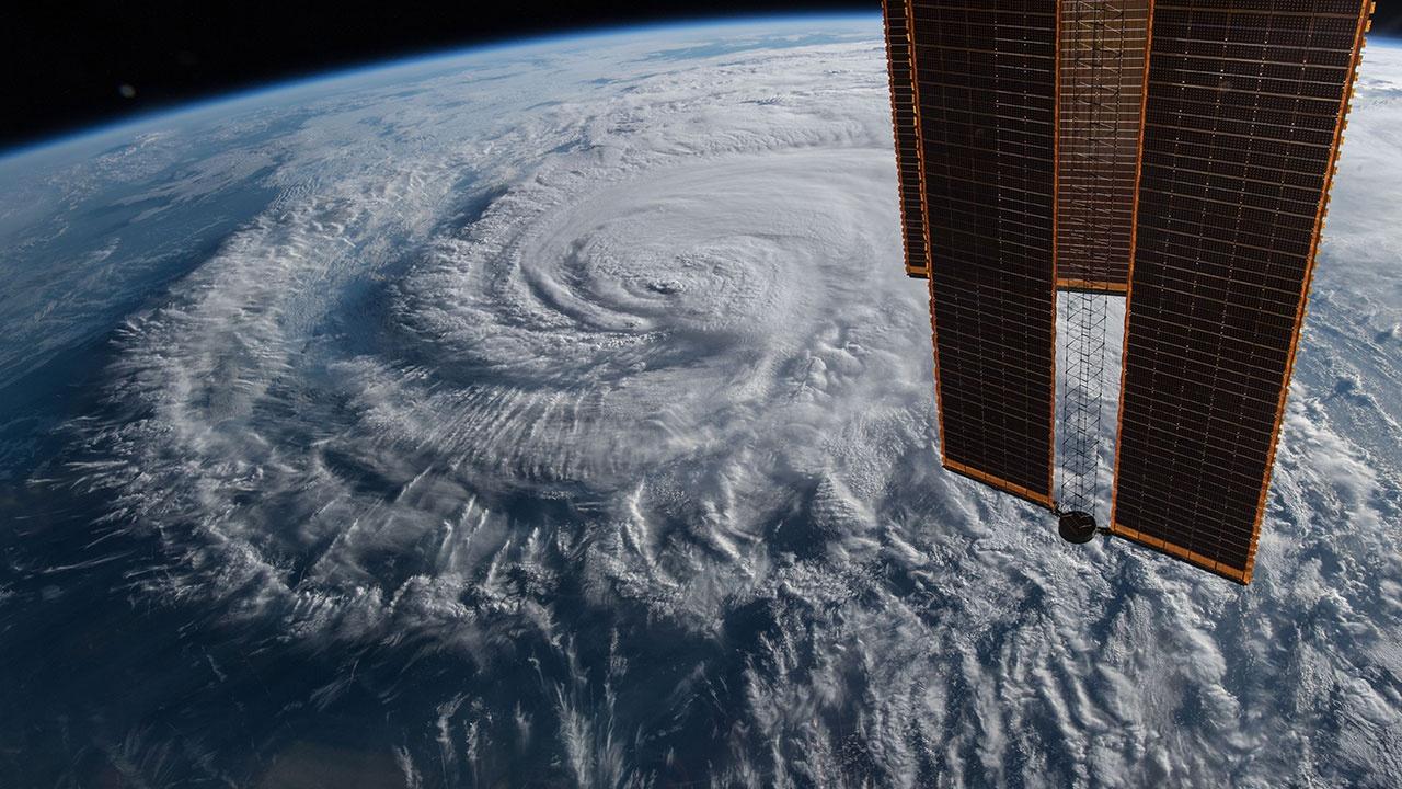 Вихрь из плазмы и дождь из электронов: по Северному полюсу ударил космический ураган