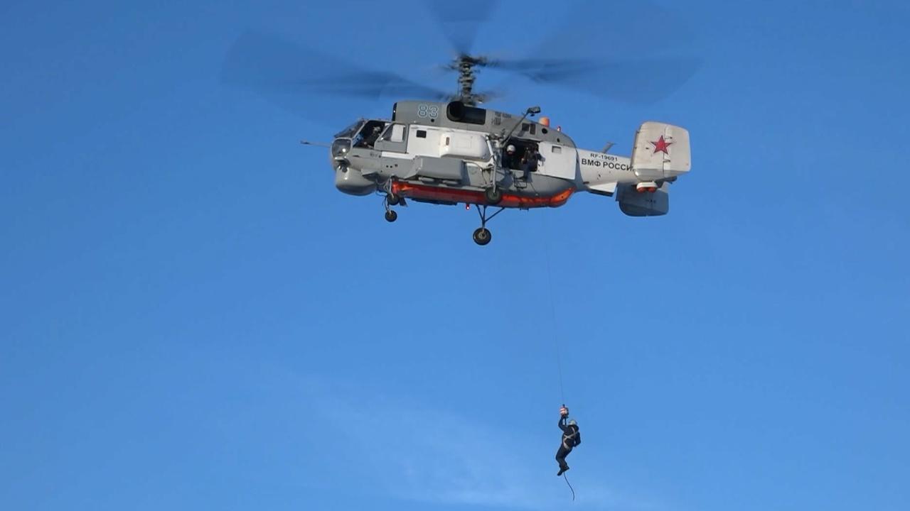 Вертолеты спешат на помощь: на Камчатке экипажи Ка-27ПС спасли «попавших в беду» пилотов